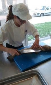 Practicando corte de pescado fresco: curso Formación Dual cocina