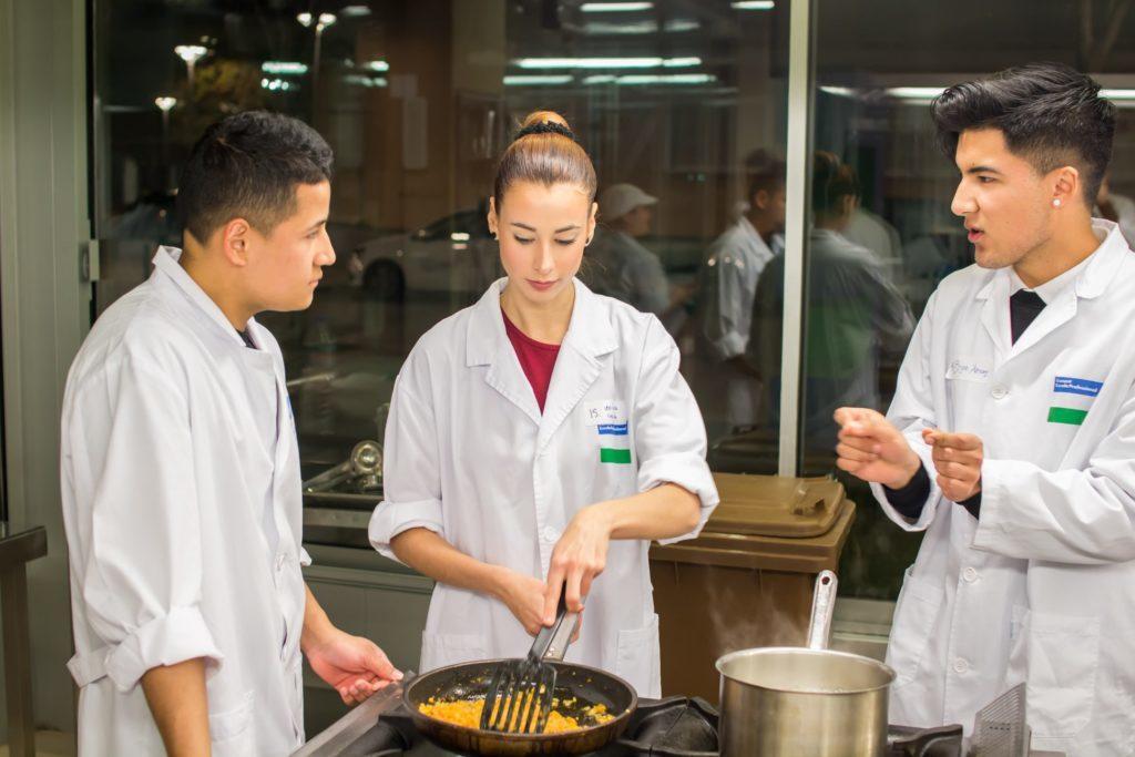 Las empresas participan en las pruebas actitudinales de acceso a los cursos de Formación Dual en Esment Escola Professional