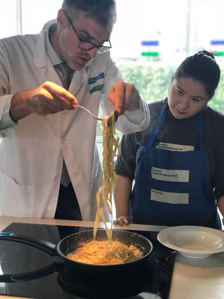 Servir platos a la vista del cliente