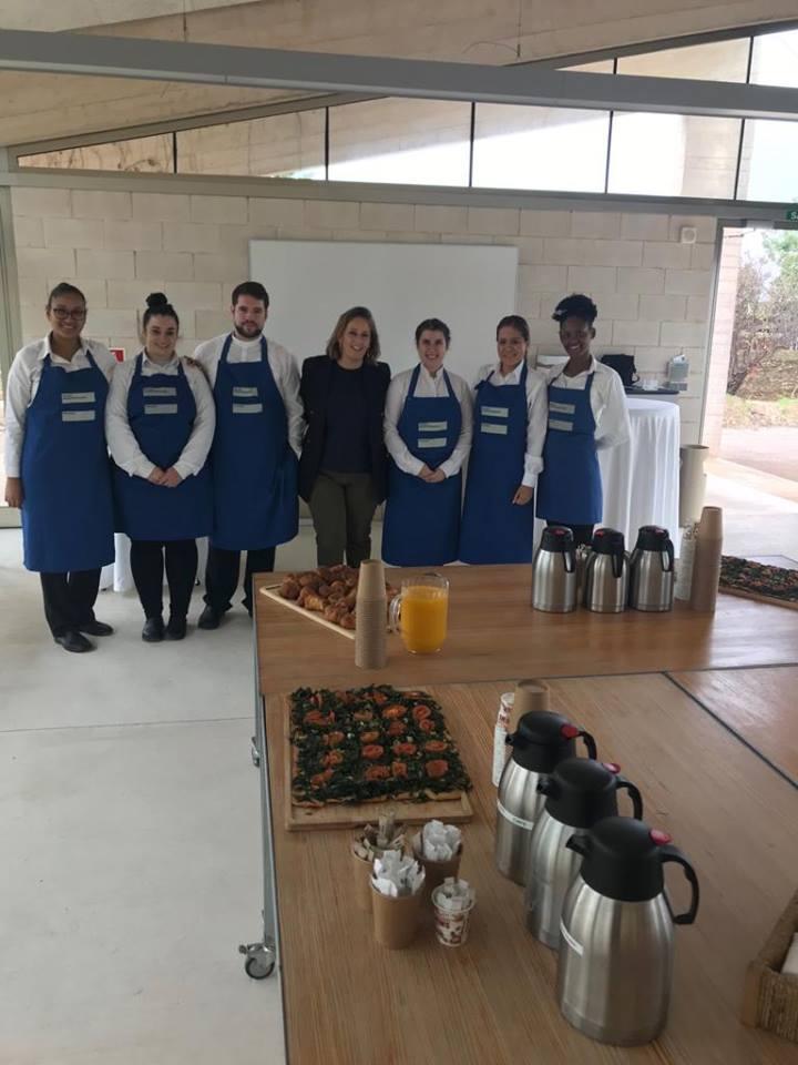 """Los aprendices de Formación Dual trabajando en el evento CAPACIDAD ESTRATÉGICA RSCSECTOR HOTELEROMALLORCA"""", organizado por FEHM"""