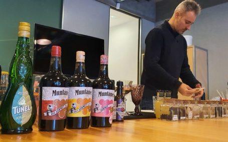Taller cócteles de autor con base de productos mallorquines y personalización de cócteles – Mixólogo Bodegas Túnel, Salvador Esquinas