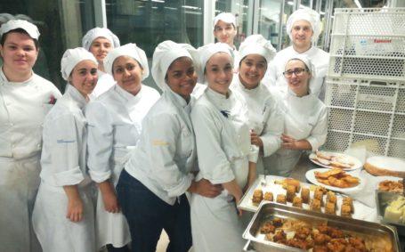 La promoción 4 de cocina en su primera clase de pastelería